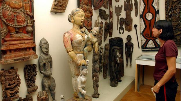 Frau betrachtet aussereuropäische Kunst.