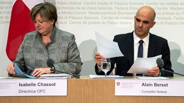 Bundesrat Alain Berset und Isabelle Chassot, Direktorin Bundesamt fuer Kultur, sprechen an einer Medienkonferenz zur Kulturbotschaft 2016-2020 in Bern.