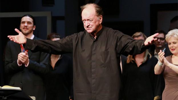 Ein Dirigent lässt sich vom Publikum feiern.