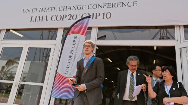 Menschen vor dem Eingang zur UN-Klimakonferenz.