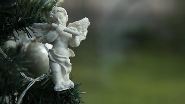 Eine Engelfigur an einem Christbaum