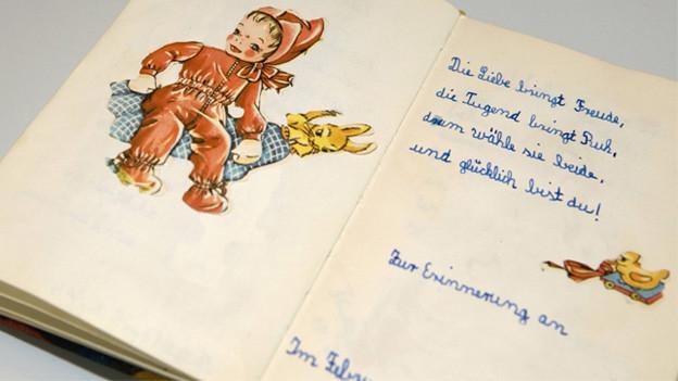 Ein handgeschriebenes Gedicht in einem Gedichtbuch.