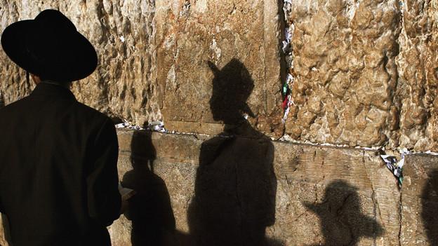 Ein orthodoxer Jude steht vor der Klagemauer