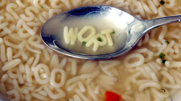 Ein Löffel in einer Buchstabensuppe.