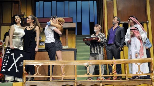 Schauspieler während des Stücks «Bergpiraten» auf der Bühne.