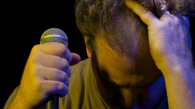 Ein Mann am Mikrofon