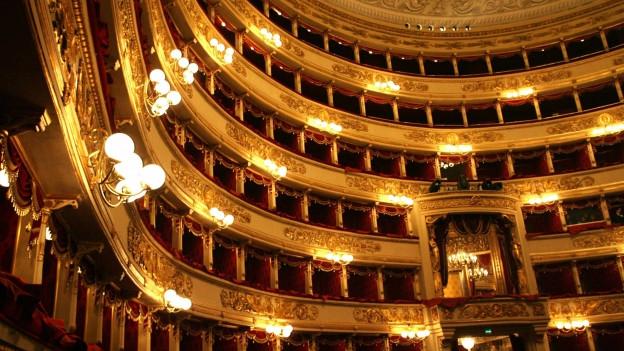 Bild vom Zuschauersaal der Mailänder Scala auf die leeren Logen.