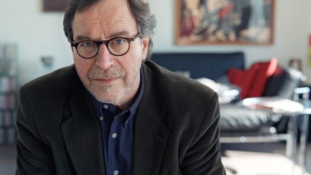 Porträt von Klaus Merz mit Brille.