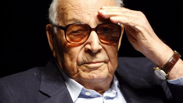 Yasar Kemal trägt eine Brille mit rötlichen Gläsern.