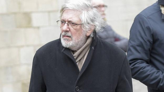 Jacques Tardi in einem schwarzen Mantel.