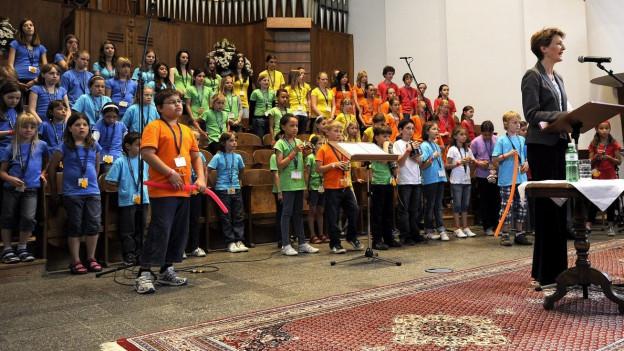 Ein Kinderkirchenchor während eines Auftritts.