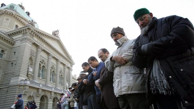 Muslime beten auf dem Bundesplatz in Bern.