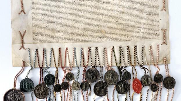 Eine Urkunde mit zahlreichen Siegeln.