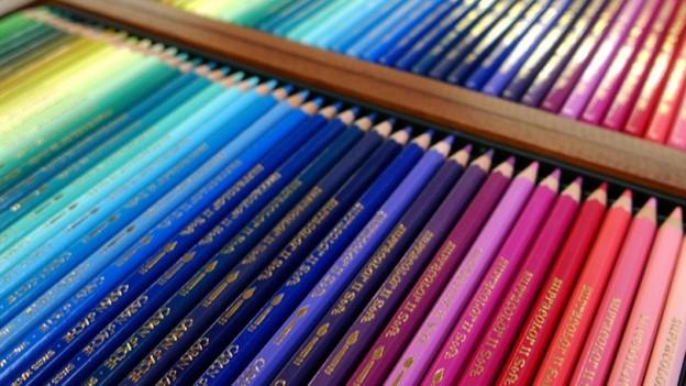 Offene Schachteln mit Caran d'Ache Farbstiften.