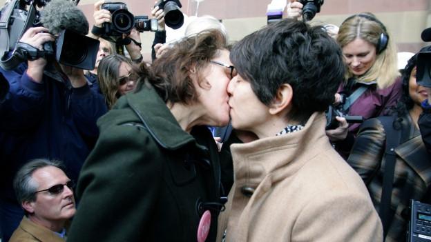 Zwei Frauen küssen sich.
