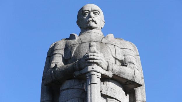 Eine Statue von Otto von Bismarck in Hamburg.