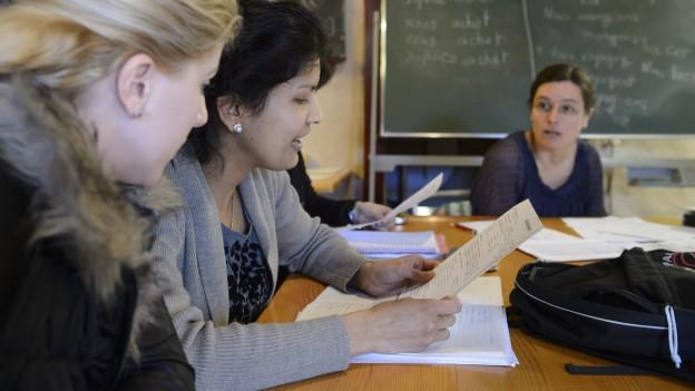 Schüler sitzen in der Schule im Sprachunterricht.