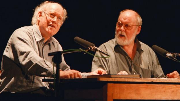 Zwei Grossmeister der Literatur sitzen auf der Bühne (Hohler und Hüsch).