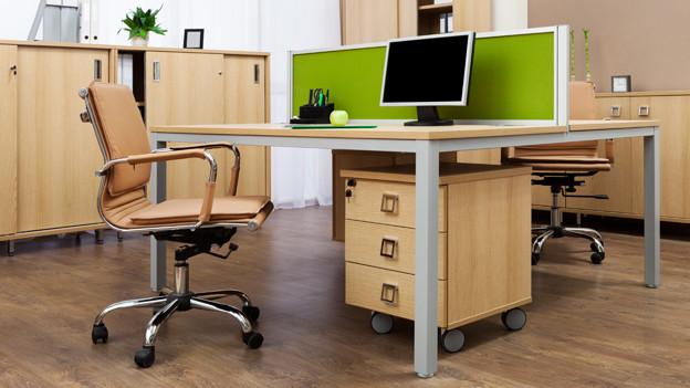 Leeres Büro mit aufgeräumtem Schreibtisch
