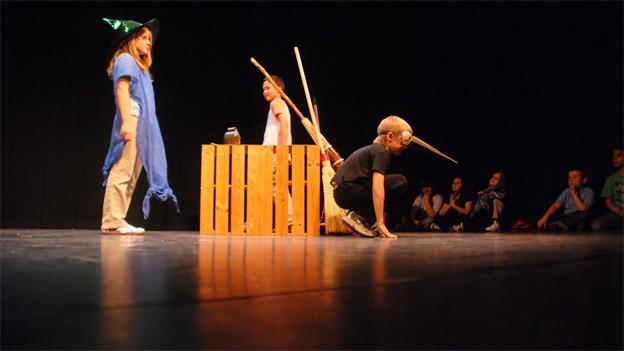 Kinder auf einer Theaterbühne