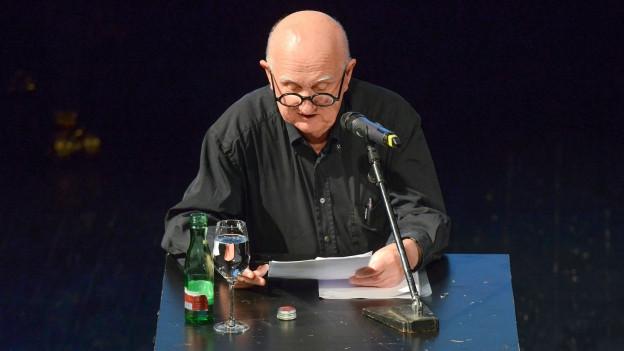 Friedrich Achleitner liest auf der Bühne aus seinen Texten.