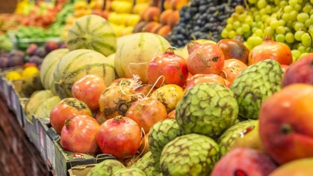 Blick auf die Früchteauslage in einem Supermarkt.