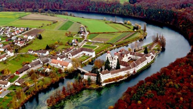 Luftansicht der Insel Rheinau mit Kloster und Kirche