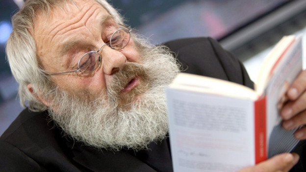 Ein bärtiger Mann mit Buch.