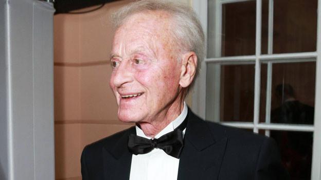 Helmuth Lohner trägt einen Schlips.