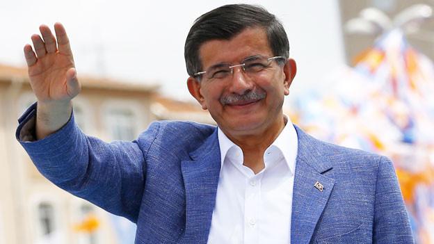 Ahmet Davutoglu winkt.