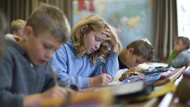Schüler arbeiten in einem Klassenzimmer.