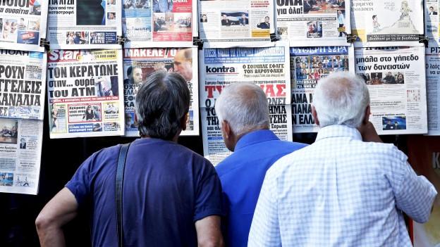 Griechische Rentner lesen die Zeitung, Athen 8. Juli 2015.
