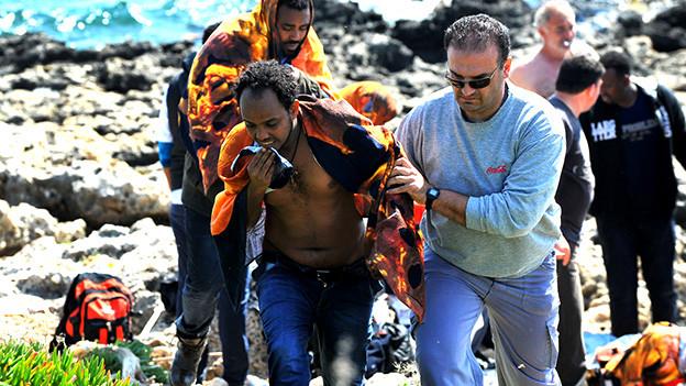 Erschöpfte Flüchtlinge an der Küste von Rhodos, April 2015.