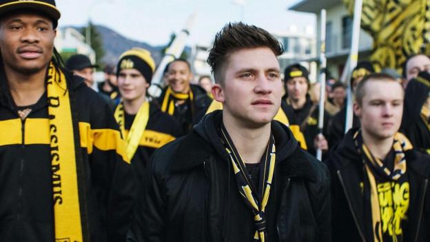 Fans mit gelben Schals.
