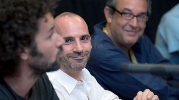 Der palästinensische Schauspieler Saleh Bakri, der israelische Aktivist Ronnie Barkan und der tunesische Regisseur Mehdi Ben Attia (v.l.n.r.) an der Pressekonferenz in Locarno zum Boykott-Aufruf des BDS-CH