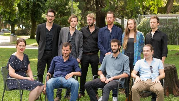 Die zehn RegisseurInnen von «Heimatland» posieren in Locarno für ein Gruppenbild.