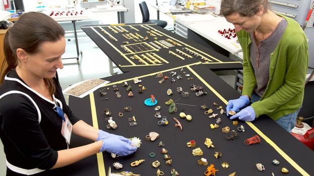 Sorgfältige Vorbereitung der Ringsammlung für die Präsentation in der Dauerausstellung des Landesmuseums Zürich.