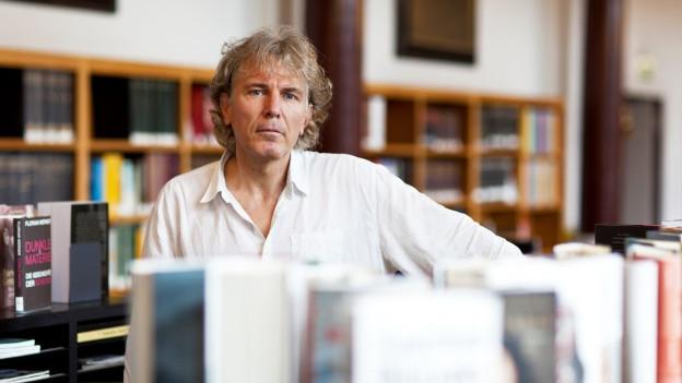 Rolf Lappert in einer Bibliothek