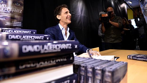 Der schwedische Autor David Lagercrantz signiert sein Buch in einer Buchhandlung in Stockholm, August 2015.