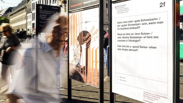 Ein «Point de Suisse»-Plakat in der Stadt Basel, auf dem eine Frage zum Schweizer sein gestellt wird.