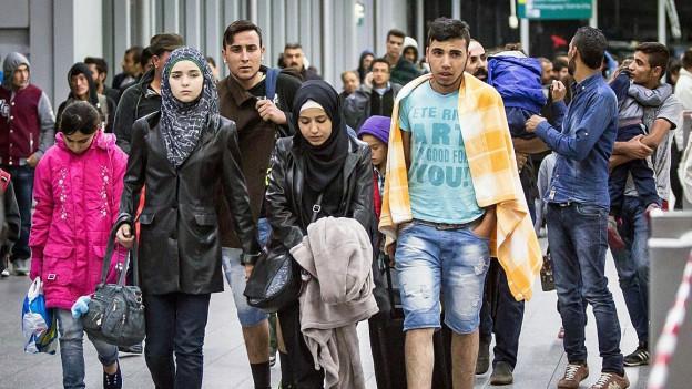 Flüchtlinge kommen am Bahnhof von Düsseldorf an.