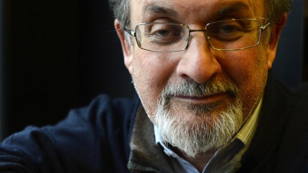 Salman Rushdie lächelt ein wenig.