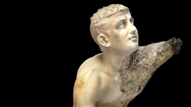 Statue eines knienden Jünglings, linke Seite korrodiert. Parischer Marmor, frühes 1. Jh. v. Chr.