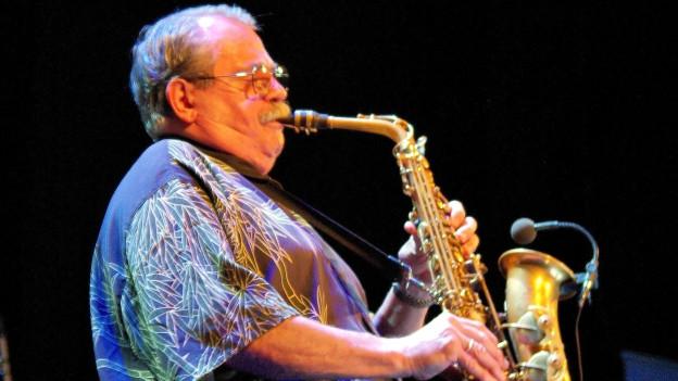 Phil Woods spielt Saxophon.
