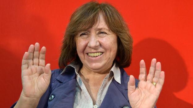 Farbiges Portät der lachenden Swetlana Alexijewitsch