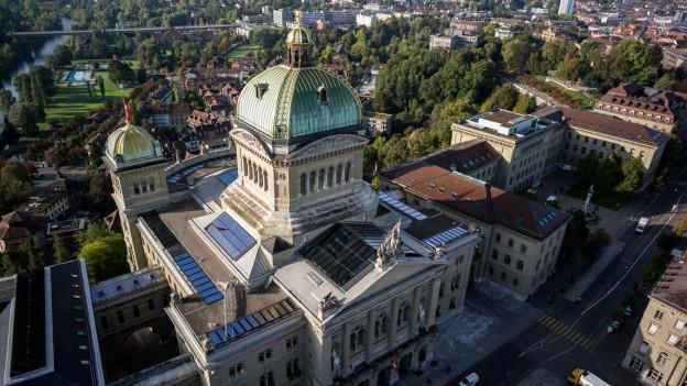 Sicht auf das Bundeshaus und den Bundesplatz aus der Vogelperspektive in Bern.