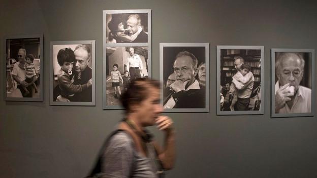 Schwarzweiss-Fotografien von Yitzchak Rabin hängen an einer Wand.