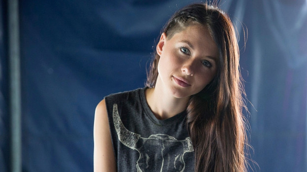 Farbige Porträtaufnahme von Nadja Brenneisen.