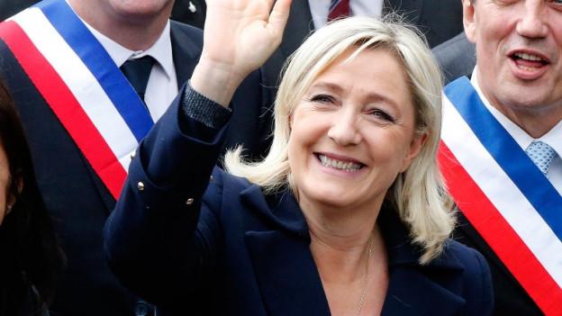 Farbige Porträtaufnahme von Marine Le Pen.