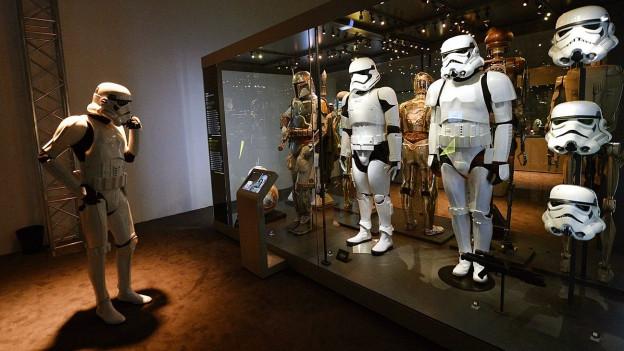Schauksten mit Stormtrooper-Kostümen.